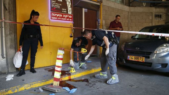 Israeli police inspect the site of a stabbing attack in Tel Aviv on 19 November 2015