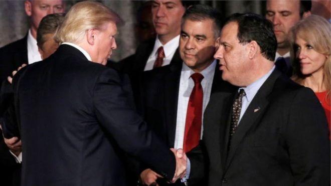 Chris Christie (bên phải) và Donald Trump