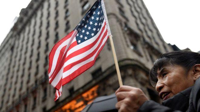 Manifestantes contrários ao presidente eleito dos EUA em frente à Trump Tower.