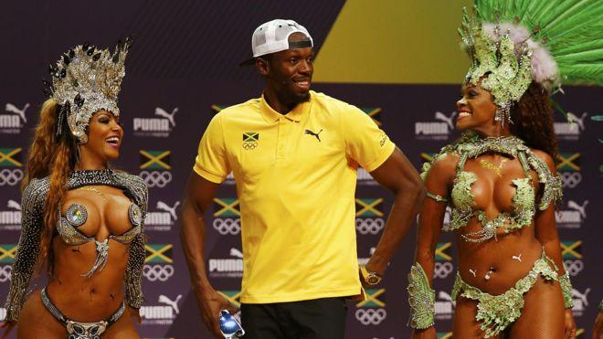 Usain Bolt con sambistas