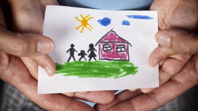 Dibujo de una casa con una familia.