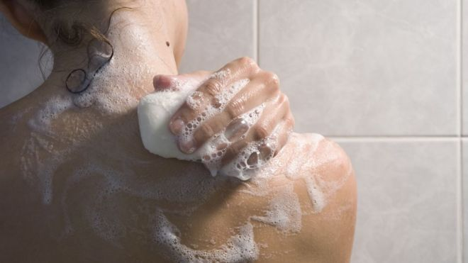 Mulher toma banho