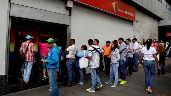 Venezuelans queue at ATM