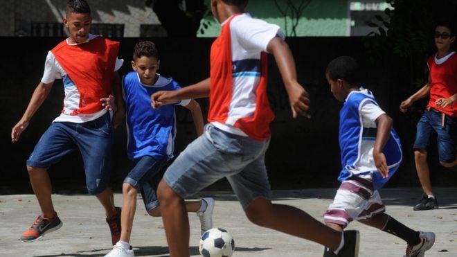 Crianças jogam futebol em escola muncipal do Rio