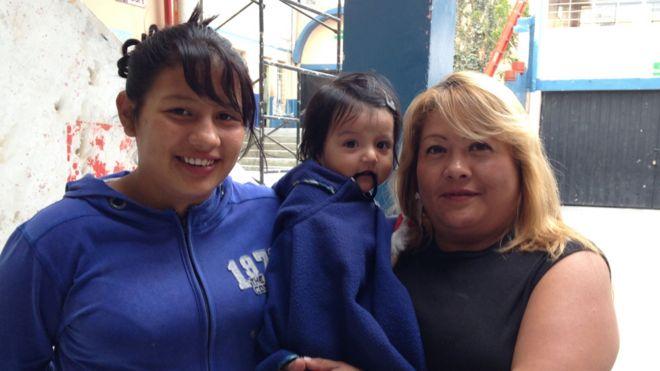Carmita (der.) con una de sus hijas (izq.) y una pequeña a su cuidado