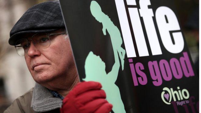 Manifestante contra aborto em Ohio