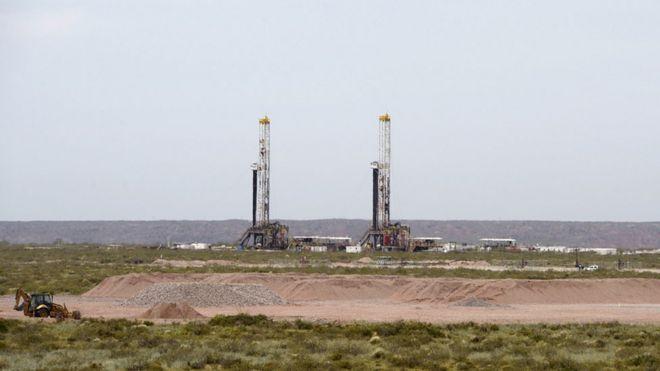 Vista de un pozo petrolero en la reserva de Vaca Muerta en Loma Campana, en la provincia patagónica de Neuquén, a unos 1.180km al sur de Buenos Aires, Argentina, tomada el 4 de diciembre de 2014.