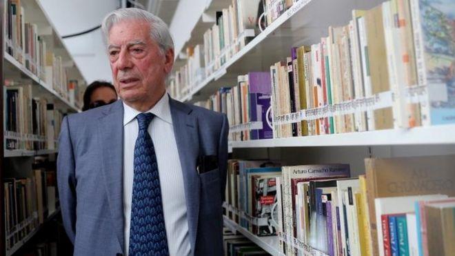 Mario Vargas Llosa en una biblioteca.
