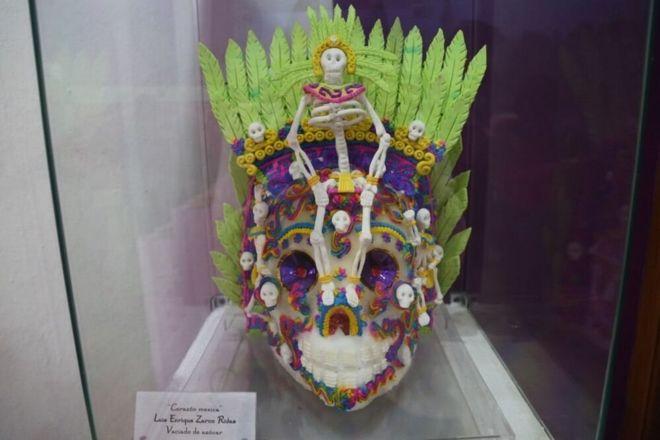 Um crânio do açúcar decorado elaborada a partir Alfenique do ano passado em Toluca