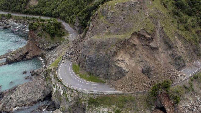 Un deslizamiento cubre partes de la autopista estatal 1, cerca de Kaikoura.