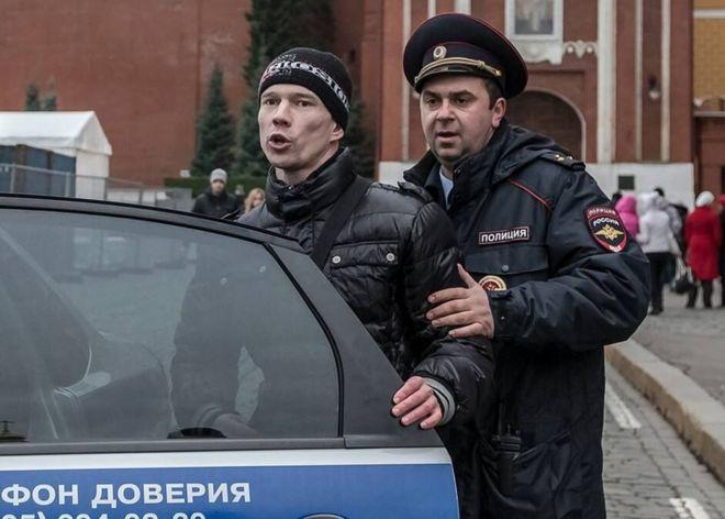 Ildar Dadin siendo escoltado por un oficial (foto archivo por Alexander Baroshin)