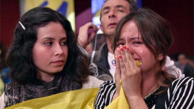 Una joven llora tras el resultado del plebiscito.