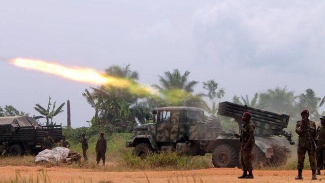 Des soldats congolais à la ligne de front à Kokola, à 50 km de Béni, dans l'Est de la RDC.