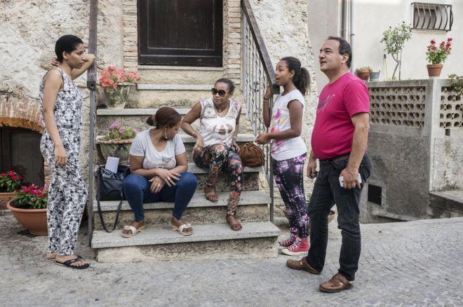 Le maire de Riace, Domenico Lucano, discute avec un groupe de femmes