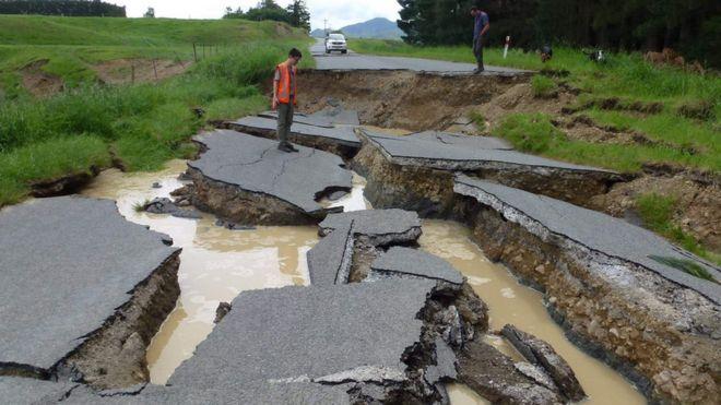 Un ingeniero supervisa los daños en una carretera cerca de Waiau.
