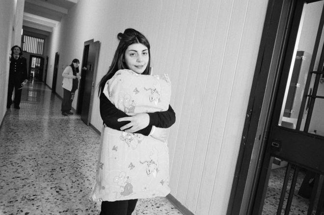 امرأة سجينة في إيطاليا.