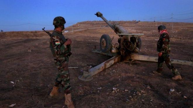 モスル奪還作戦は17日未明、迫撃砲で始まった。写真はクルド人治安部隊ペシュメルガの兵士たち(17日)