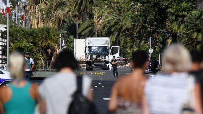 Curiosos observan el camión en Niza