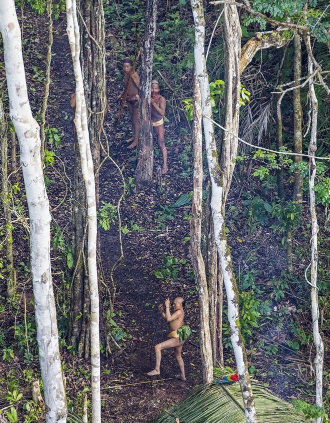 Grupo de índios fotografados durante a expedição, em recorte mais aproximado da imagem