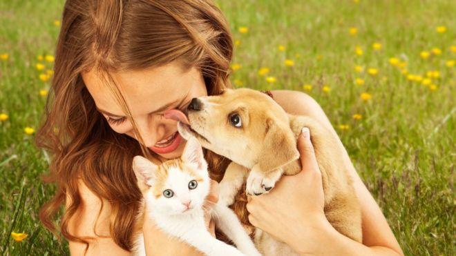 Mujer con perro y gato