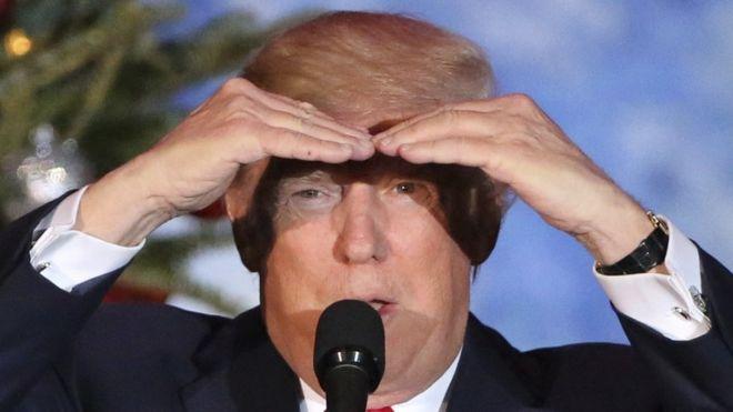Donald Trump con las manos en su cabeza.