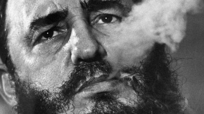 Fidel Castro akivuta sigara yake