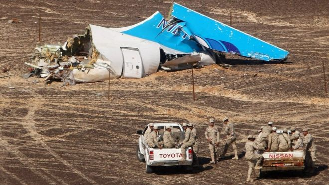 Egyptian servicemen approaching a piece of wreckage of Russian MetroJet Airbus A321 at the site of the crash in Sinai, Egypt, 1 November.