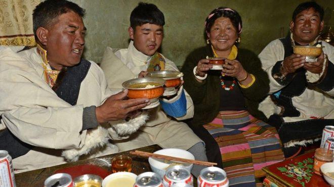 Một gia đình người Tạng ở Xigaze, khu tự trị Tây Tạng, Trung Quốc, đón năm mới