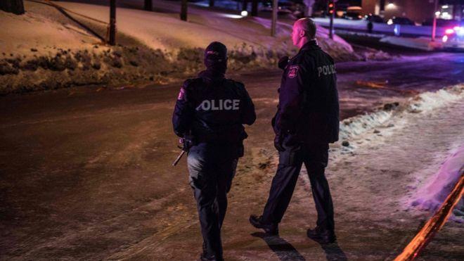 Un par de policías cerca de la mezquita de Québec.