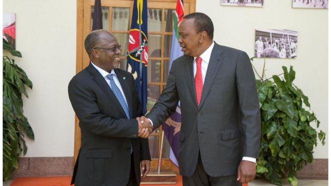 Rais wa Kenya Uhuru Kenyatta na mgeni wake rais John Pombe Magufuli kutoka Tanzania