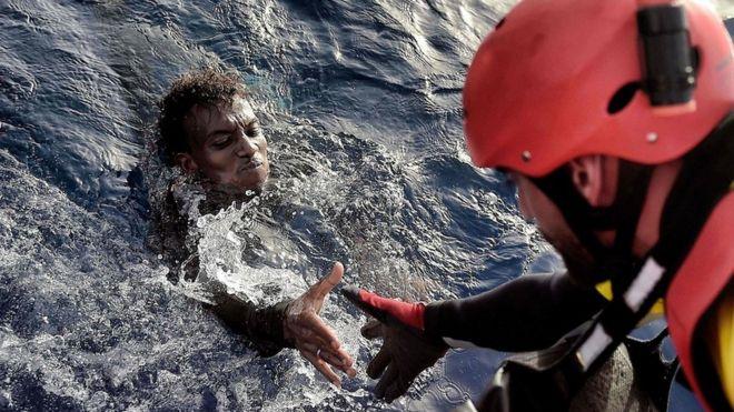 """""""He visto muchas muertes, pero nada como esto"""": las imágenes de un frenético rescate de inmigrantes en el Mediterráneo"""