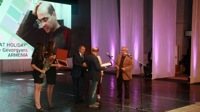 """جایزه ویژه هیات داوران جشنواره به فیلم بلند """"جشن بزرگ"""" ساخته واگه گورگیانس، کارگردان ارمنی، اعطا شد."""