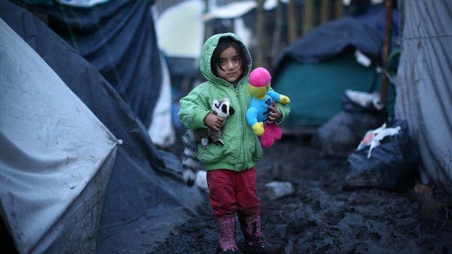 Niña en el campo de refugiados de Dunkirk, en Francia.