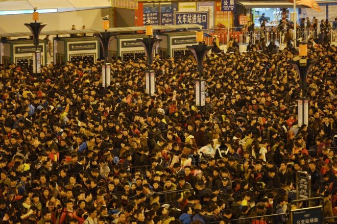 Passengers wait to enter a railway station after trains were delayed due to bad weather in southern China in Guangzhou, Guangdong province, 1 February 2016