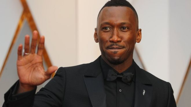 "Mahershala Ali gana como mejor actor de reparto por ""Moonlight""."