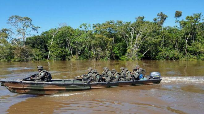 Soldados brasileiros fazem patrulha na fronteira com o Peru