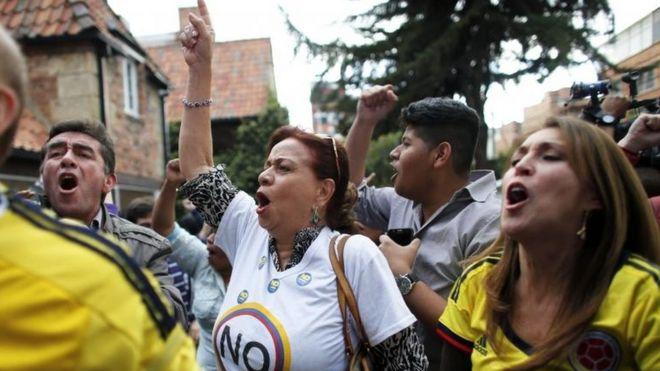Manifestantes celebrando el no como resultado.