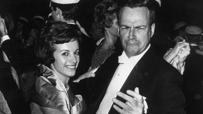 Richard Feynman bailando con su esposa después de la ceremonia en la que recibió el Premio Nobel de Física.