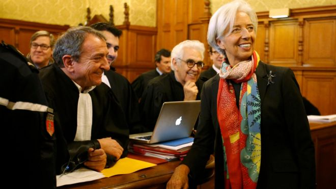 Christine Lagarde speaks with her lawyer Patrick Maisonneuve before the start of her trial about a state payout in 2008 to a French businessman, at the courts in Paris (12 December 2016)