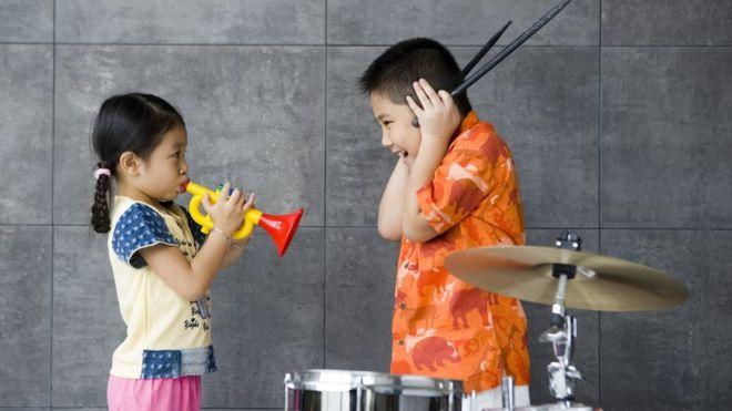 Por que a música moderna é tão alta?