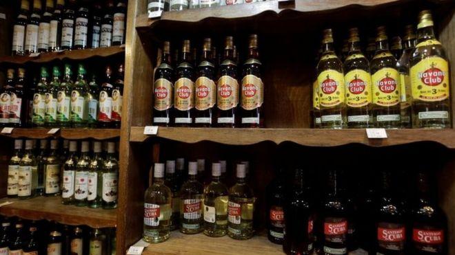 Garrafas de rum em loja em Havana. Outubro 2016