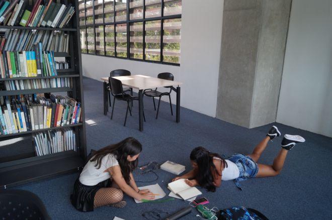 Chicas haciendo sus tareas de Jaime Salazar