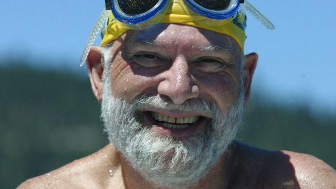 Oliver Sacks com óculos de mergulho