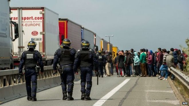 Calais : de la jungle au chaos dans france _83972945_027749625-2