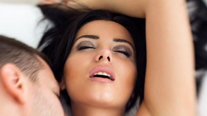 Mujer y su pareja en la cama