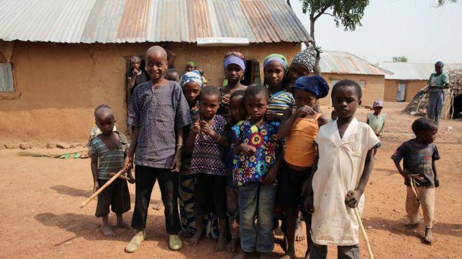 Caruur ay barakiciyeen dagaallada magaalada Kaduna ee Nigeria oo hortaagan guri ay qaxooti ku yihiin.