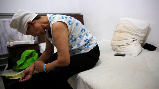 """Las dramáticas imágenes de los """"hoteles del cáncer"""" en China"""