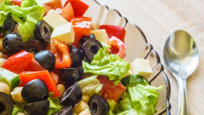 Plato de ensalada con tomate, lechuga, queso y aceitunas