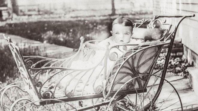 Un bebé en una foto antigua