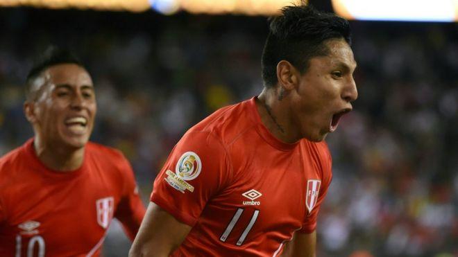 Raúl Ruidiaz celebra el polémico gol